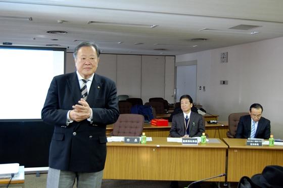 西東京市の概要を説明する丸山市長