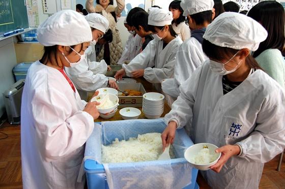 配膳する給食当番の児童たち