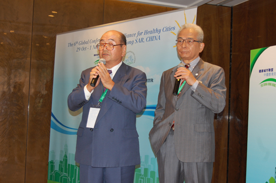 国際協力セッションで質問に答える千葉理事長(隣は稲垣国際担当顧問)