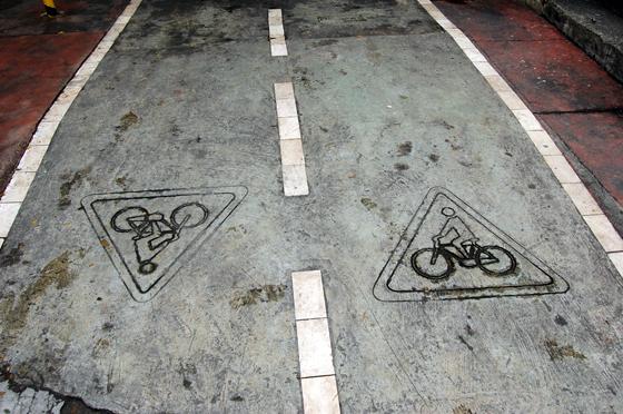自転車専用道路の路面サイン
