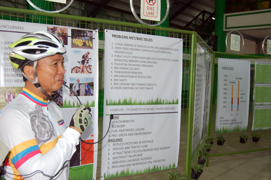 自転車のまちづくりをサイクリスト姿でプロモーションするカディス副市長