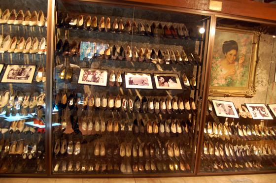 イメルダ・マルコス元大統領夫人の靴の展示