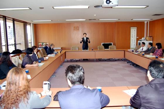 市の概要と健康都市の取組みを説明する秋山市長