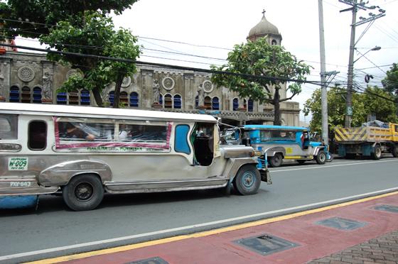 ゴミが落ちていない道路とジプニー(乗合バス)