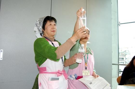 市販されている飲料水に含まれる砂糖の量を指摘する推進員