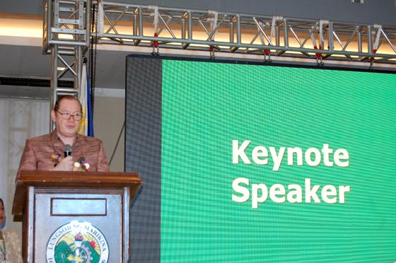 基調講演を行うフィリピン首都圏地域保健省