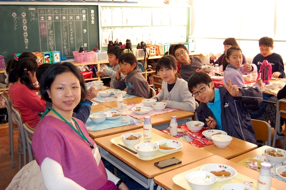 児童たちと席を並べるシンガポールからの参加者