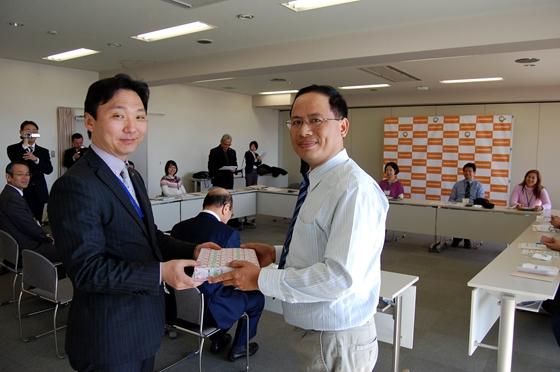 水野市長(向かって左)に記念品を手渡すベトナムフエ市のファン・バイ・ハイ氏