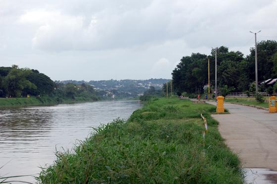 マリキナ川沿いの自転車専用道路