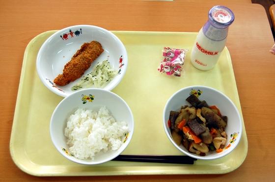 この日のメニューは筑前煮、白身魚のフライ、大根サラダ、ご飯、牛乳、節分の豆
