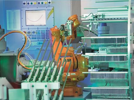 промышленный робот на производстве ножниц
