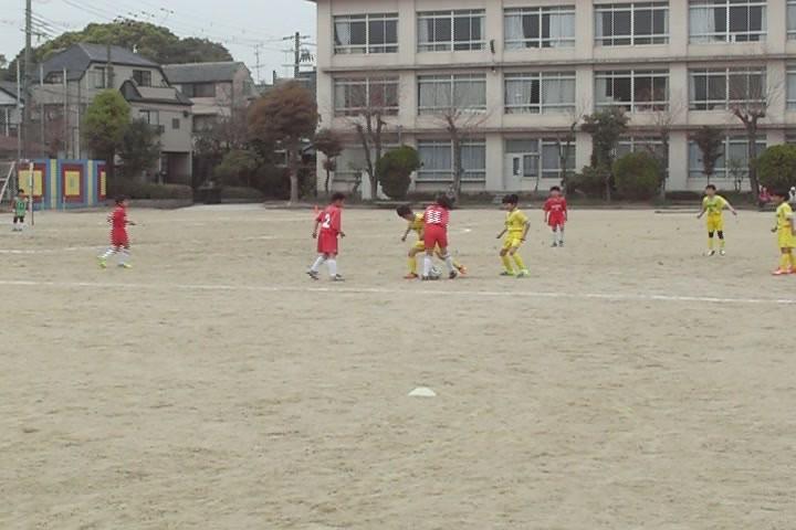 11番 相手との競り合い、ボールは渡さない!!