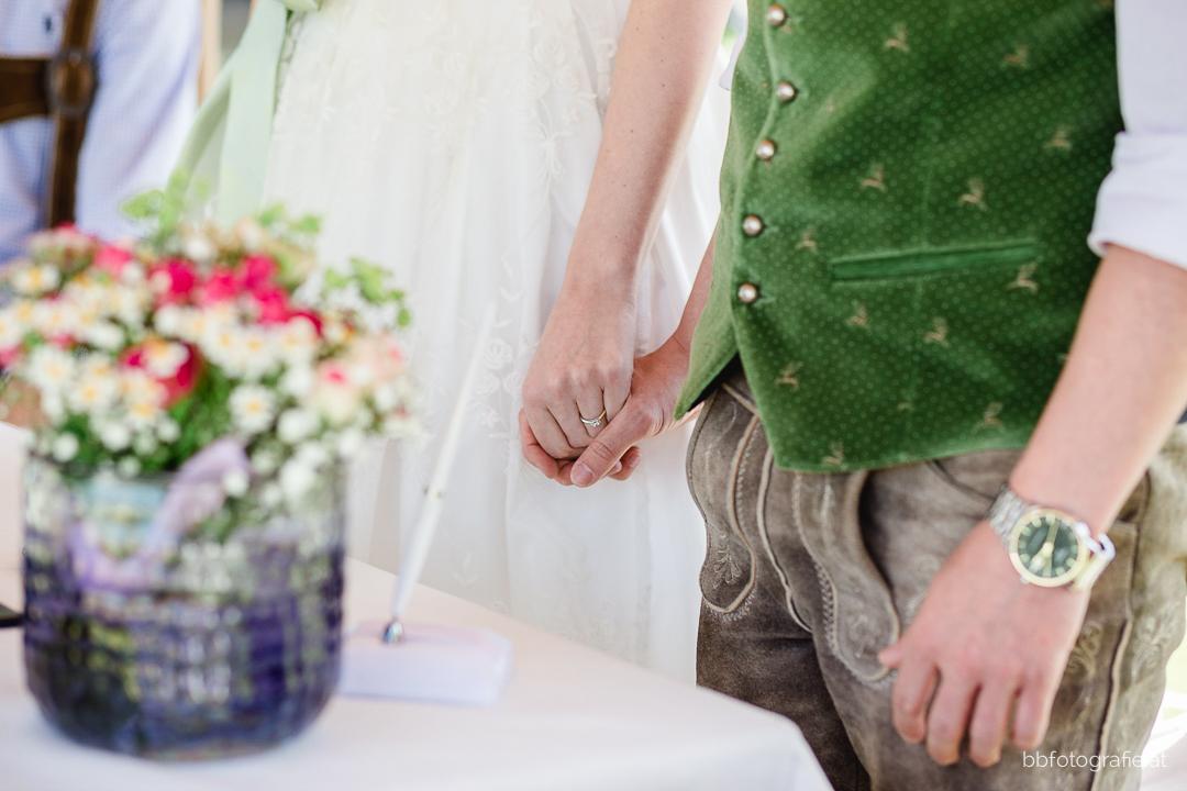 Hochzeitsfotograf, Hochzeitsfotograf Klosterneuburg, Hochzeitslocation Klosterneuburg, Hochzeitslocation Vinothek Zimmermann, Brautpaar, Trauung, Gartenhochzeit, Trachtenhochzeit, Weinberge, b&b fotografie