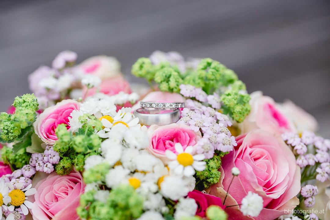 Hochzeitsfotograf, Hochzeitsfotograf Klosterneuburg, Hochzeitslocation Klosterneuburg, Hochzeitslocation Vinothek Zimmermann, Brautstrauß, Gartenhochzeit, Trachtenhochzeit, Weinberge, b&b fotografie