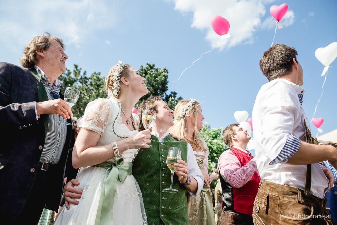 Hochzeitsfotograf, Hochzeitsfotograf Klosterneuburg, Hochzeitslocation Klosterneuburg, Hochzeitslocation Vinothek Zimmermann, Luftballone, Gartenhochzeit, Trachtenhochzeit, Weinberge, b&b fotografie