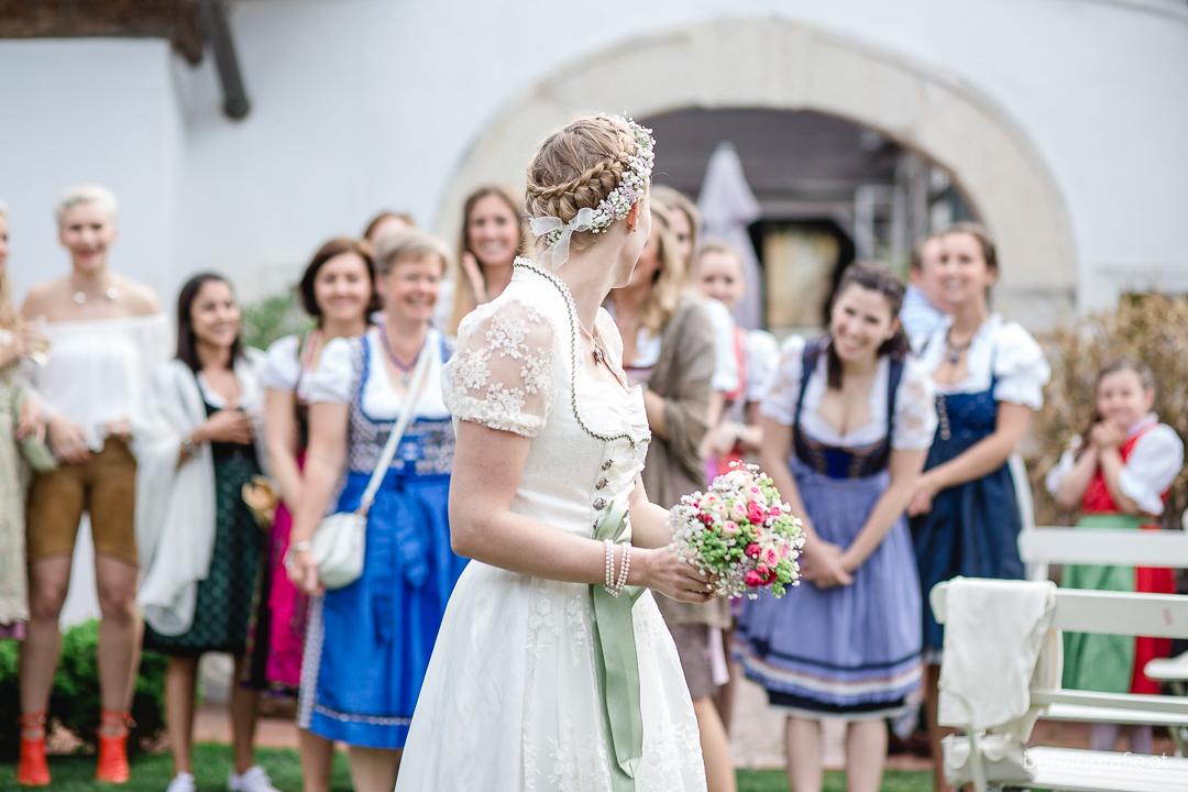 Hochzeitsfotograf, Hochzeitsfotograf Klosterneuburg, Hochzeitslocation Klosterneuburg, Hochzeitslocation Vinothek Zimmermann, Brautstraußwerfen, Gartenhochzeit, Trachtenhochzeit, Weinberge, b&b fotografie