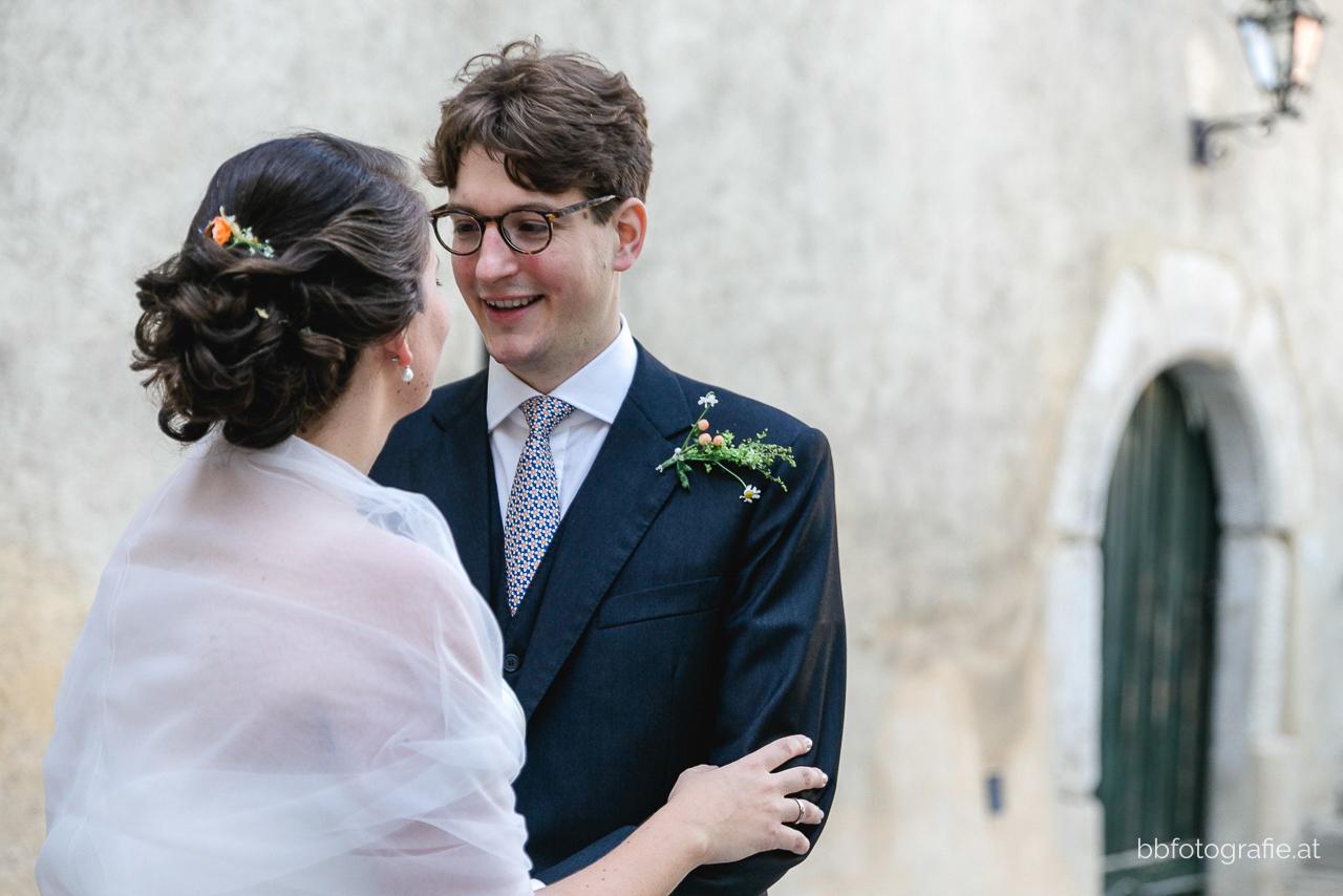 Hochzeitsfotograf, Hochzeitsfotograf Niederösterreich, Hochzeitslocation Niederösterreich, Brautpaar, Paarshooting, Hochzeitslocation Gut Oberstockstall, Hochzeit kleine Kapelle, Gartenhochzeit, b&b fotografie