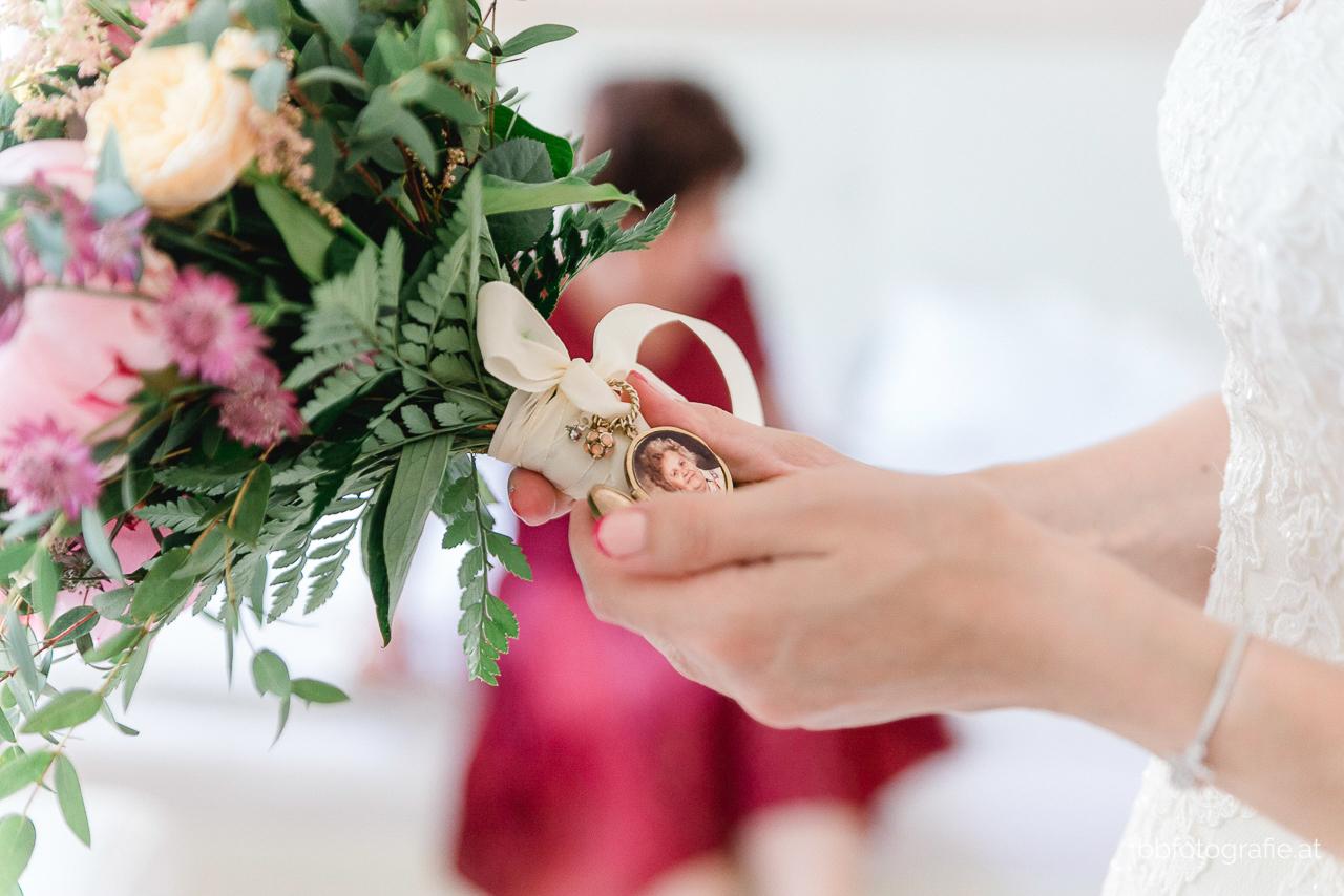 Hochzeitsfotograf, Hochzeitsfotograf Burgenland, Hochzeit Schloss Esterhazy, Hochzeit Orangerie Schloss Esterhazy, Brautstrauß, Getting Ready, Bad Vöslau, Hotel Stefanie, Hochzeitslocation Burgenland, b&b fotografie