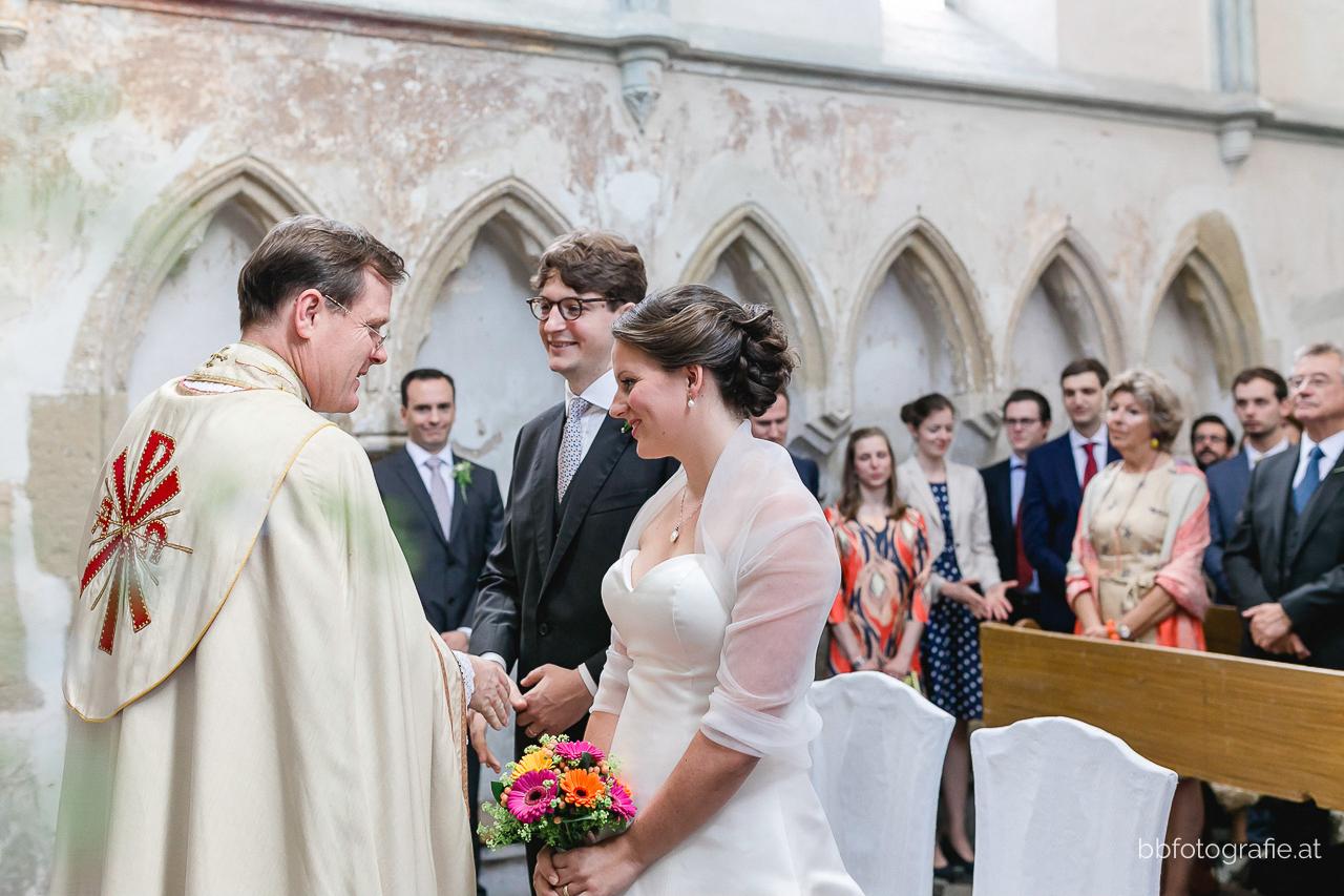 Hochzeitsfotograf, Hochzeitsfotograf Niederösterreich, Hochzeitslocation Niederösterreich, Trauung, Hochzeitslocation Gut Oberstockstall, Hochzeit kleine Kapelle, Gartenhochzeit, b&b fotografie