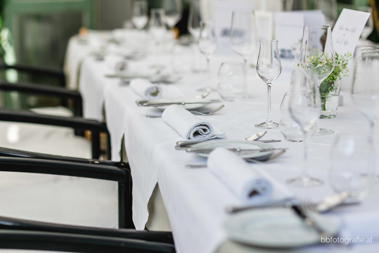 Hochzeitsfotograf, Hochzeitsfotograf Niederösterreich, Hochzeitslocation Niederösterreich, Hochzeitsdeko, Hochzeitslocation Gut Oberstockstall, Locationsdetails, Hochzeit kleine Kapelle, Gartenhochzeit, b&b fotografie
