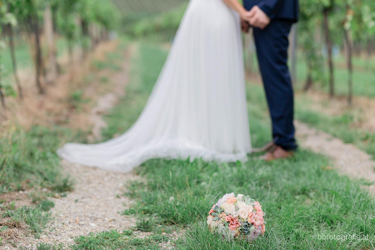 Hochzeitsfotograf, Hochzeitsfotograf Wien, Hochzeitslocation Wien, Brautpaar, Paarshooting, Hochzeitslocation Heuriger Wolf, Hochzeit in Neustift, Weinberge, b&b fotografie