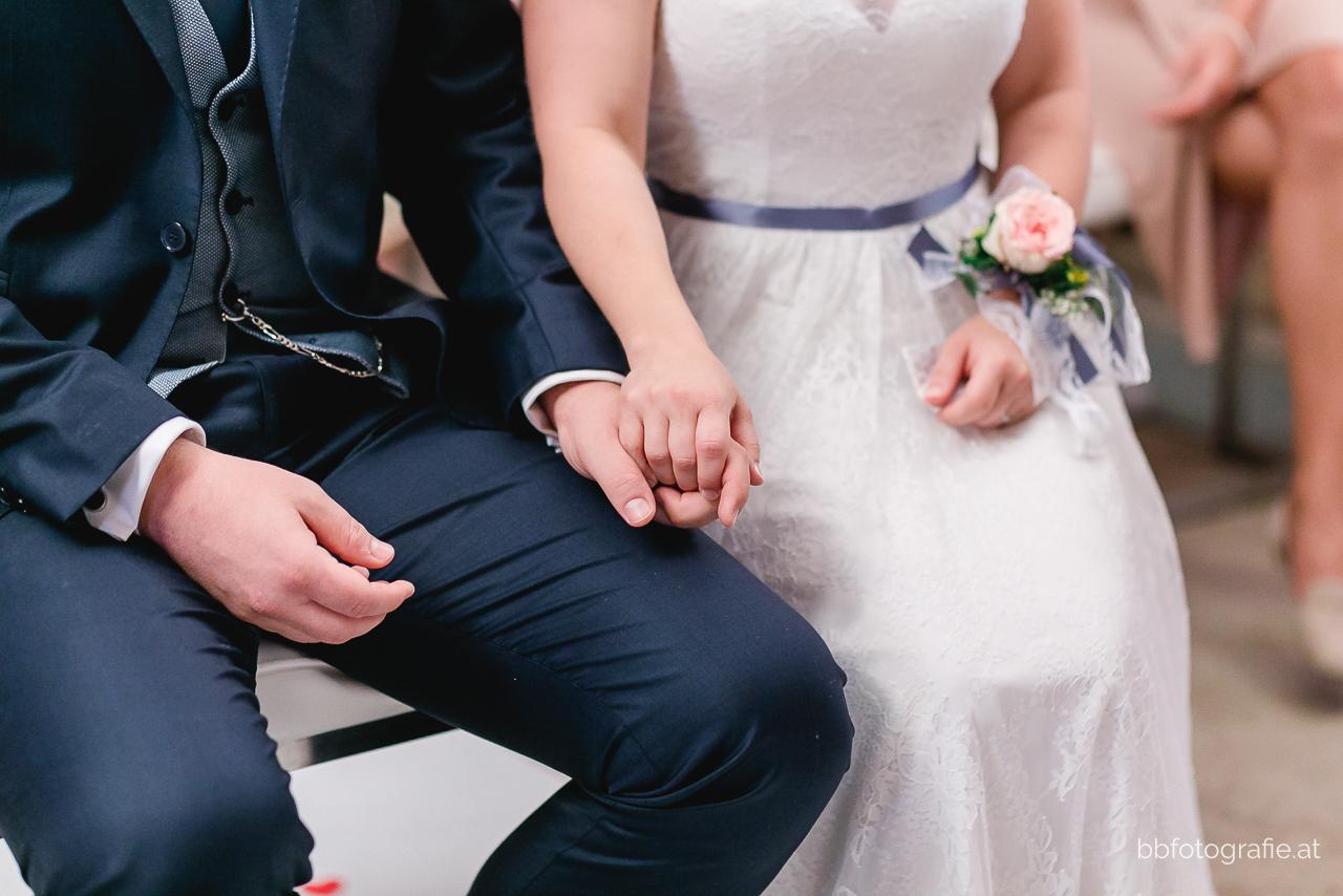 Hochzeitsfotograf, Hochzeitsfotograf Niederösterreich, Hochzeitslocation Niederösterreich, Brautpaardetail, Hochzeitslocation Zieselrot in Schwechat, Hochzeit Kellergewölbe, b&b fotografie