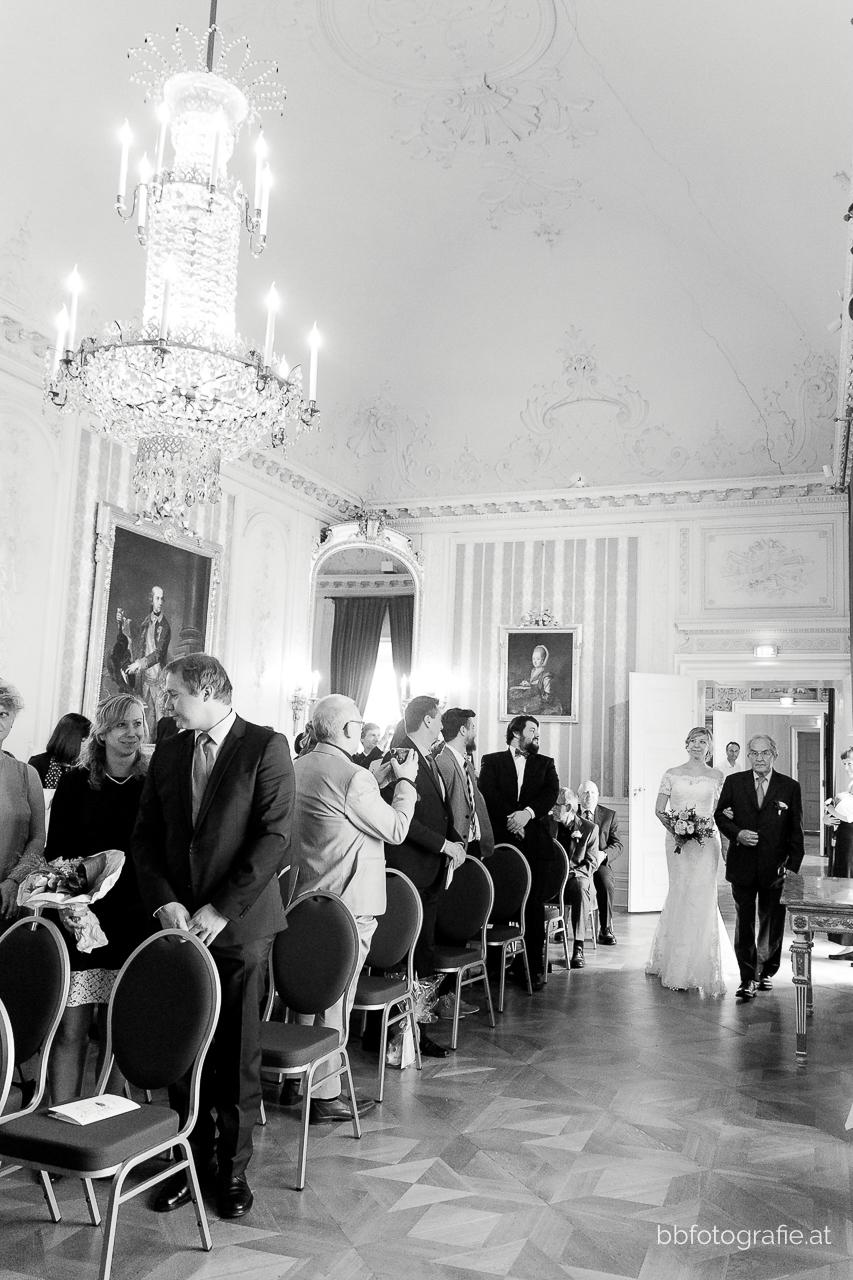 Hochzeitsfotograf, Hochzeitsfotograf Burgenland, Hochzeit Schloss Esterhazy, Hochzeit Orangerie Schloss Esterhazy, Braut und Brautvater, Hochzeitslocation Burgenland, b&b fotografie