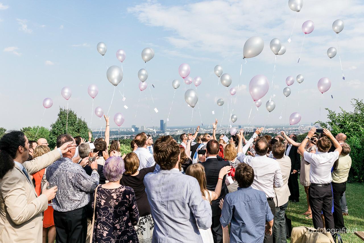 Hochzeitsfotograf, Hochzeitsfotograf Wien, Hochzeitslocation Wien, Hochzeitslocation Weingut am Reisenberg, Luftballone, Gartenhochzeit, Hochzeit mit Ausblick, b&b fotografie