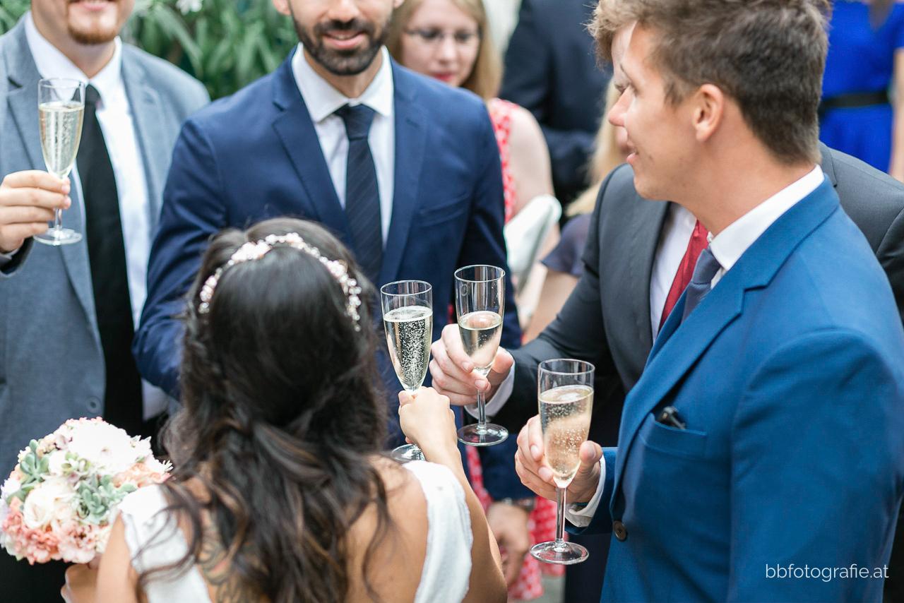 Hochzeitsfotograf, Hochzeitsfotograf Wien, Hochzeitslocation Wien, Agape, Hochzeitslocation Heuriger Wolf, Hochzeit in Neustift, Weinberge, b&b fotografie