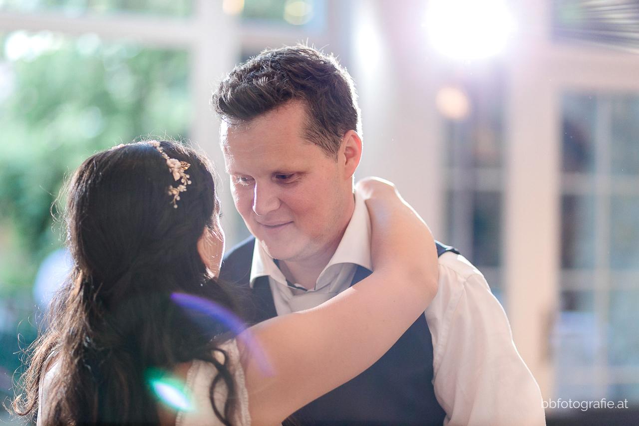 Hochzeitsfotograf, Hochzeitsfotograf Wien, Hochzeitslocation Wien, Eröffnungstanz, Hochzeitsfeier, Hochzeitslocation Heuriger Wolf, Hochzeit in Neustift, Weinberge, b&b fotografie