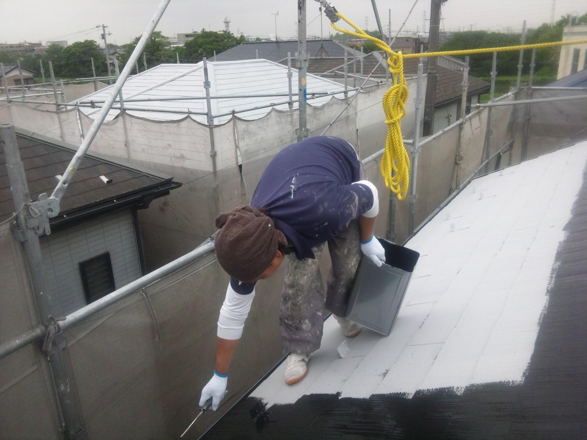 屋根上塗り1回目(左奥に見える白い屋根は下塗りの状態です)