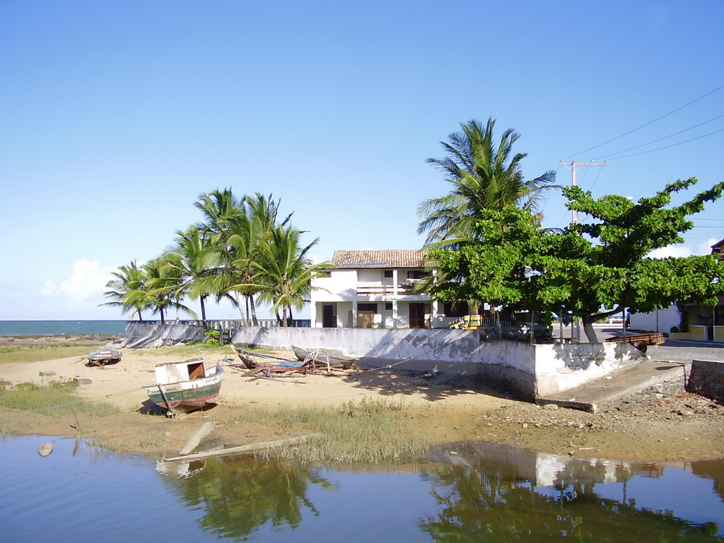 uma pousada com vista prá um pequeno porto antes da praia