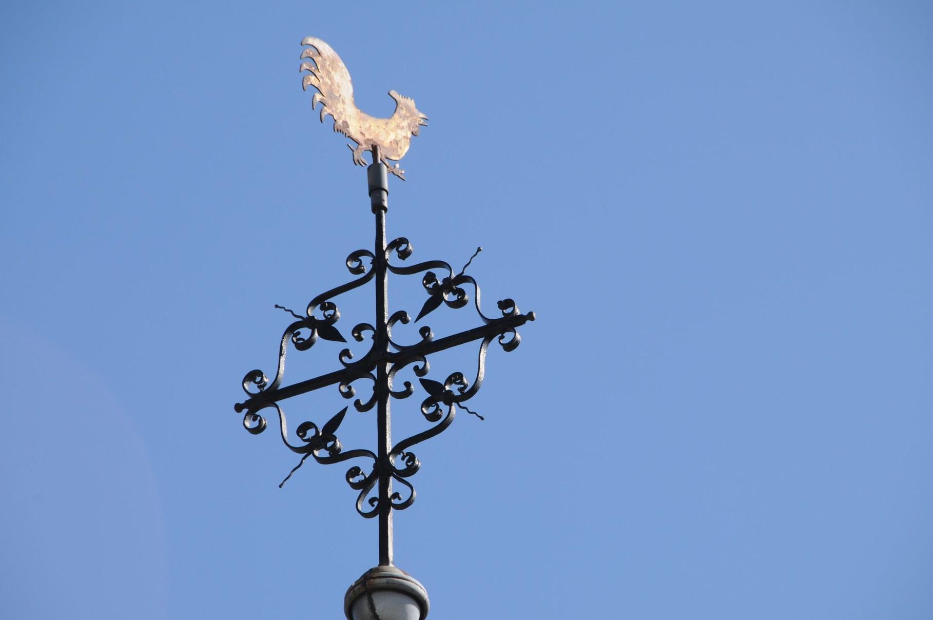Der Hahn thronend auf der Kapelle