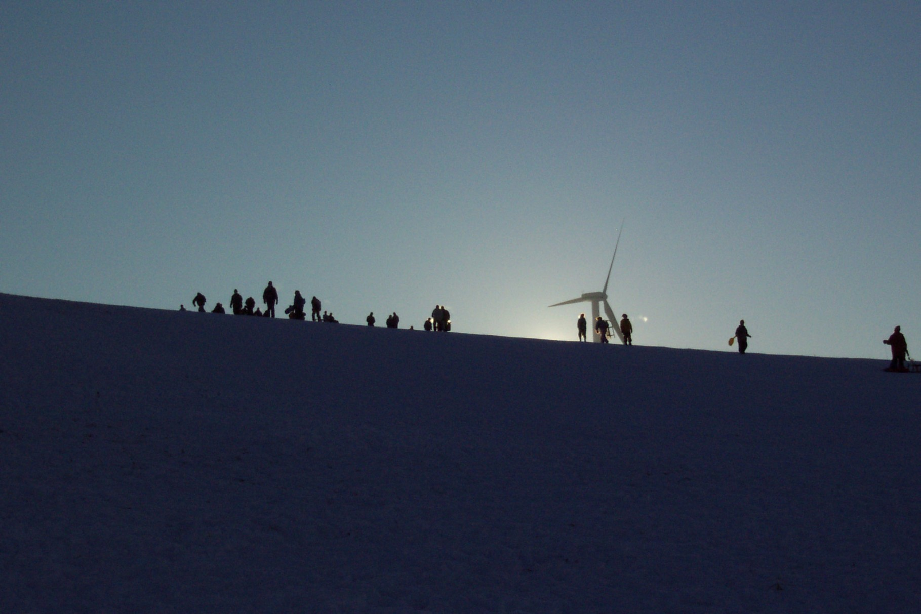 Kinder beim Schlittenfahren auf der Korlinger Höhe