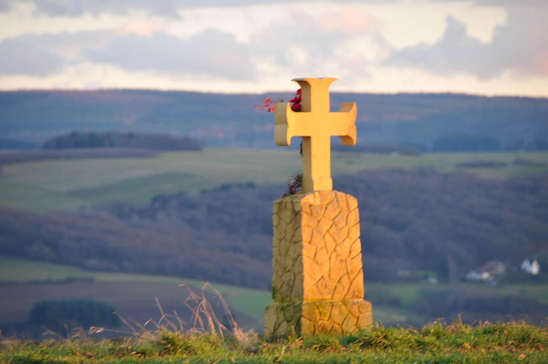 Pestkreuz der Gemeinde Filsch in der Abendsonne auf der Korlinger Höhe