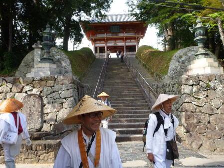 道成寺山門階段下