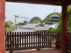 當麻寺楼門から見える東塔・西塔