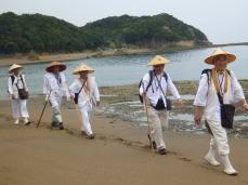 千里浜を巡礼中