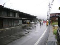 雨の本山宿