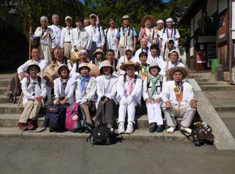 長谷寺前で美男・美女の記念写真