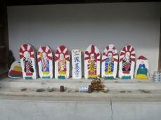 六地蔵と牧師像(両サイド)