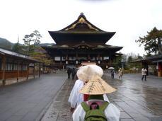 雨の中 善光寺へ到着