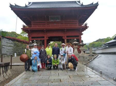 雨の粉河寺大門前