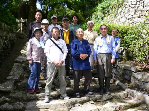 清水寺・清水谷住職、松尾象空理事長と参加者の 集合写真です