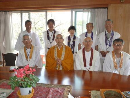 紀三井寺・前田泰道副住職と一緒に記念写真