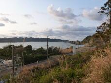 橋杭岩と大島を遠望する
