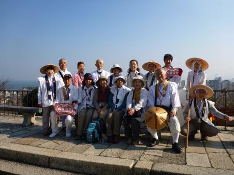 三井寺観音堂前で記念撮影