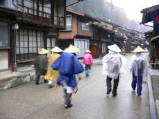 奈良井宿 雨の行に出立