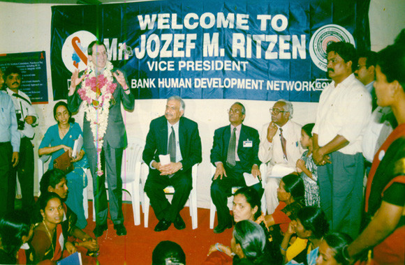 The then World Bank Vice-President ,addressing to CMM Members during his visit to Hyderabad