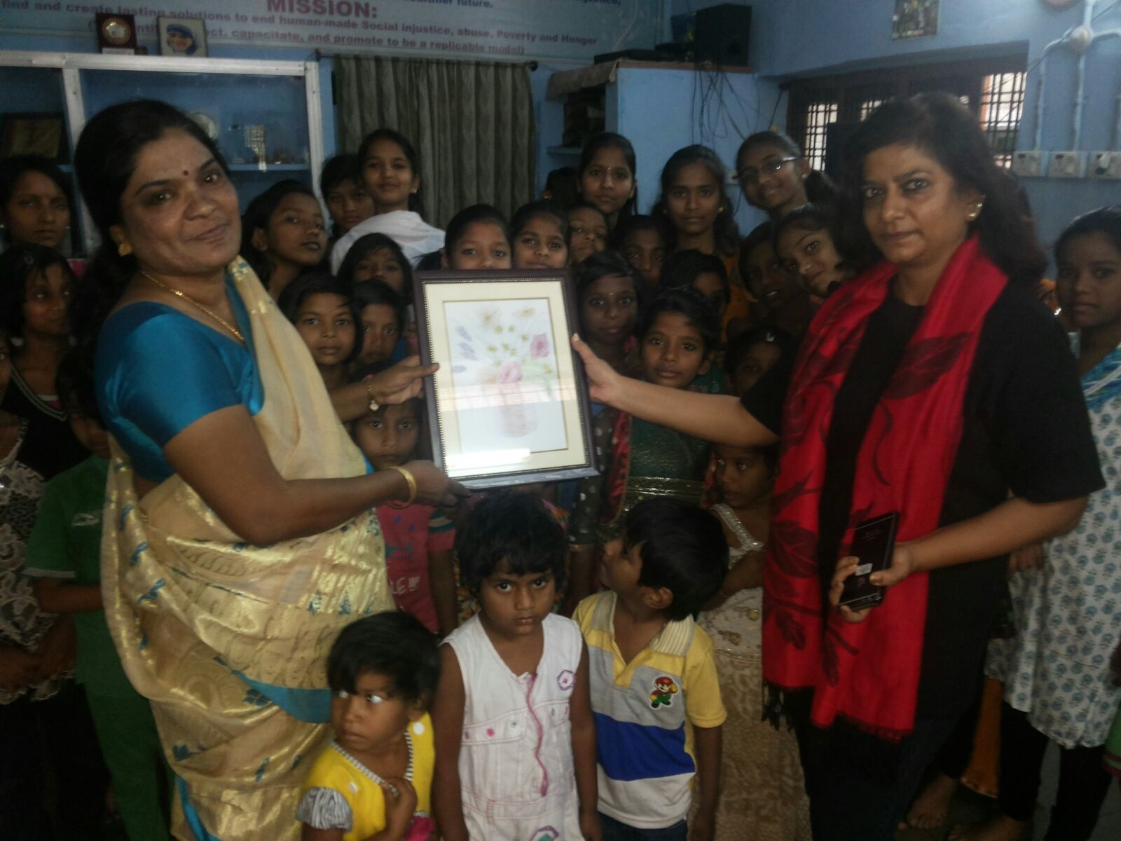 Ms.Charu Sinha,IPS with CMM inmates on her visit to CMM home for the Vulnerable Girls receives a Memanto of Painting done by the Inmates